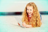 Child with ipad — Stock Photo