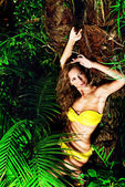 Sarı bikini — Stok fotoğraf