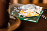 Zbylé dort s šálkem kávy na dřevěný stůl — Stock fotografie