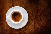 Bílý šálek kávy na dřevěné pozadí — Stock fotografie