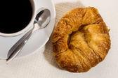 Kahve ve kruvasan ahşap tablo — Stok fotoğraf