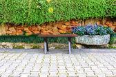 скамейка в прекрасном парке с пути — Стоковое фото
