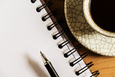 Mesa de trabajo con papel, lápiz y taza de café instantáneo — Foto de Stock