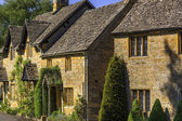 Town houses on the high street broadway cotswolds worcestershire uk. — Stock Photo