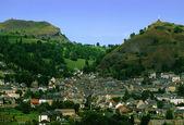 деревня на зеленые холмы во франции — Стоковое фото
