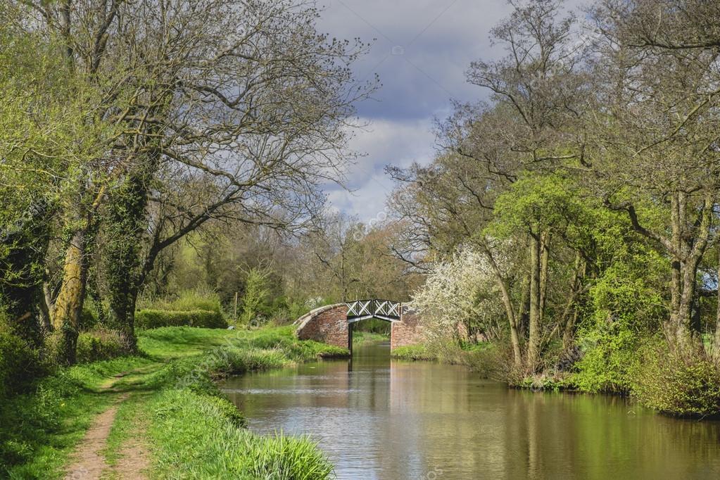 Un canale sulla rete di corsi d 39 acqua nella campagna for Piani di campagna inglese