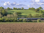 Treno su una ferrovia — Foto Stock