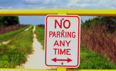 No parking sign against dirt path — Stock Photo