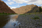 John Day River in oregon with mountains — Stock Photo