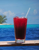 Rum punch or fruity drink in a tropical paradise — Stockfoto