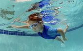 Young boy swimming underwater — Stockfoto