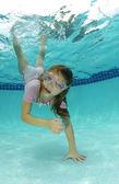 Słodkie dziewczyny, pływanie — Zdjęcie stockowe