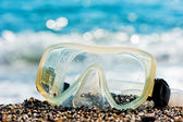 Diving mask lying on the sand by the sea. — Stock Photo