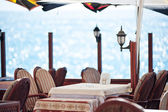 Deniz kenarında bir lokantada tablo. — Stok fotoğraf