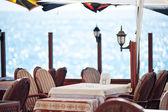 Tafel in een restaurant aan zee. — Stockfoto
