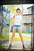 Ragazza in posa nel cancello della vecchia casa. — Foto Stock