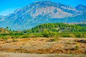 Colinas verdes de montanhas ao fundo. turquia. — Fotografia Stock