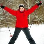 幸せな女の子の冬の森のスキーでポーズ — ストック写真