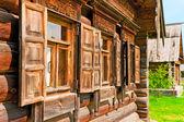 Windows com arquitraves de madeira e persianas — Foto Stock