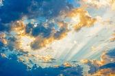 Hermoso paisaje celestial con el sol en las nubes. — Foto de Stock