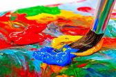 Pincel de pintura en la paleta de mezclado — Foto de Stock