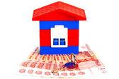 Spielzeug haus aus blöcken steht auf den banknoten russland — Stockfoto