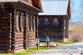 Pueblo ruso fachadas de casas de madera en el viejo estilo — Foto de Stock