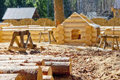 Construction plaschadka processing and assembly log cabins houses made of round timber with the bottom groove — Stock Photo