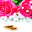 Wedding rings with rose — Stok fotoğraf