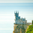 "Castle ""Swallow's Nest"" on a steep cliff by the sea — Stock Photo"