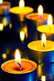 Un gruppo di piccole candele su sfondo scuro — Foto Stock