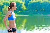 Doğa spor giyim kalan düzgün, tonda bir kadın — Stok fotoğraf