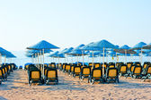 Neat rows of sun loungers on the beach — Стоковое фото