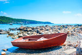 Boat on the rocky shore on a sunny day — Stock Photo