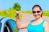 Young woman proudly displays the keys to her new car — Foto de Stock
