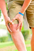 Tourist on vacation ill knee — Stock Photo