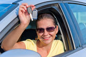 Girl shows off the key to the new car — Stock Photo