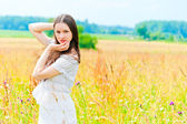 Beautiful woman posing in a field of flowers — 图库照片