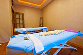 Two empty massage couches in the spa cabinet — ストック写真