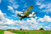 сельскохозяйственный самолет пролетел низко над полем — Стоковое фото