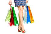 Pacotes e consumidora compulsiva de belas pernas — Fotografia Stock