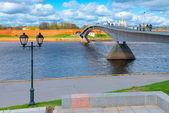 Pedestrian bridge across the river leads to the Kremlin — Stock Photo