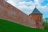 Red brick wall of the Kremlin and the tower. Veliky Novgorod, Ru — Stock Photo