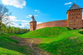 Green lawn and a moat around the walls of the Novgorod Kremlin — Stock Photo