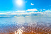 Reflection of the sun on the surface of the water — Stock Photo