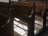 скамейки в церкви ден хэм — Стоковое фото