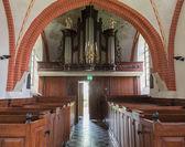 Interiör med öppna dörren till kyrkan den andel — Stockfoto