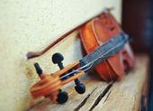 Vintage violine auf leere wand — Stockfoto