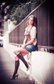 Retrato de moda de la hermosa modelo en la calle. — Foto de Stock