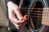 Female hand playing acoustic guitar.guitar play — Stockfoto